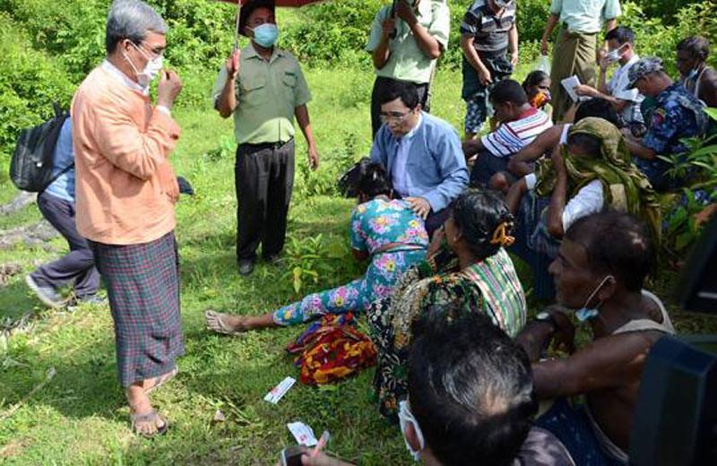 Kerabat warga Hindu korban pembunuhan teroris Rohingya saat penyelidikan penemuan jenazah.