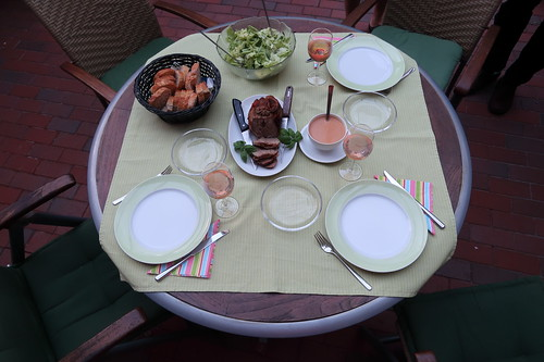 Lammkeule aus dem Römertopf mit grünem Salat und Baguette (Tischbild)