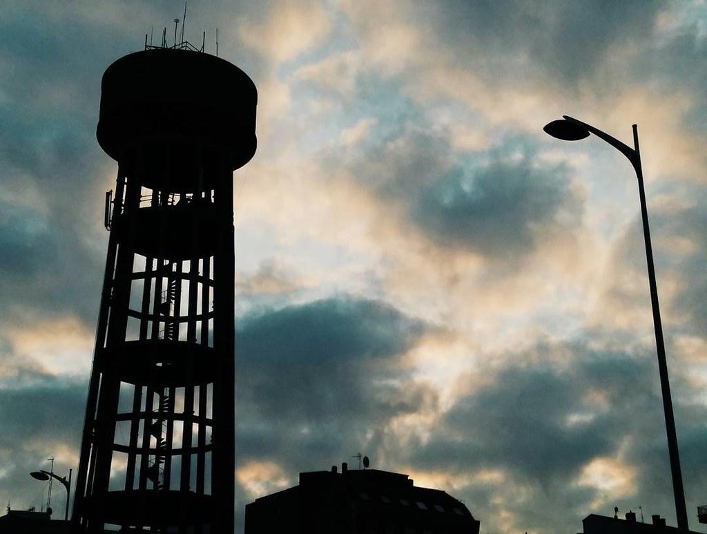 Iconos coruñeses. #Coruña #amanecer #clouds #ventorrillo #photography #phonephoto #contraluz