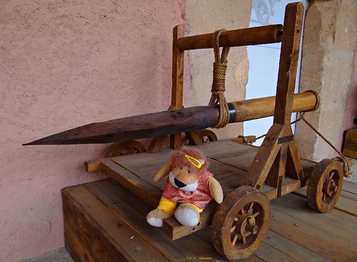 Leoncia y un arma de hace siglos.