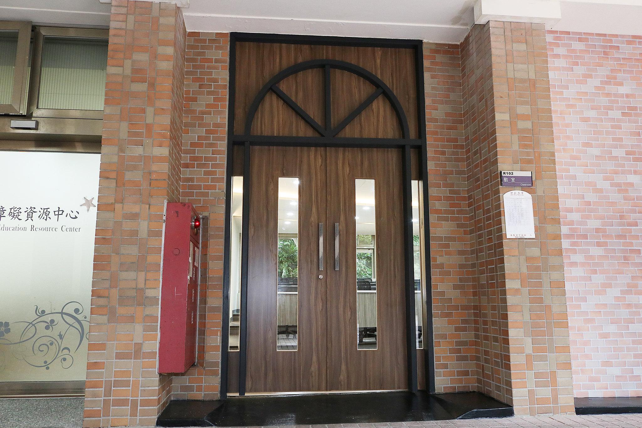r棟階梯教室門