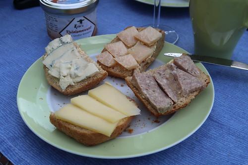 Ziegenkäse (Old White Old Amsterdam), Blauschimmelkäse, Rhönlammwurst (aus Ginolf) und Schafskäse (Etorki) auf Kartoffelbrötchen