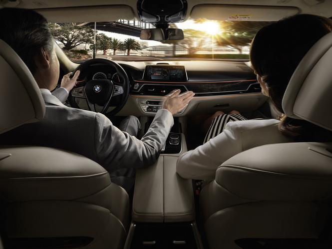 [新聞照片三] BMW大7系列iDrive控制系統含手勢控制功能