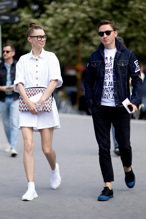 Gジャン×白Tシャツ×黒パンツ×黒ネイビーコンビスニーカー