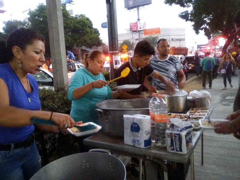 Mujeres regalan comida a voluntarios en Miramontes
