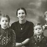 1946 Maria Riegler mit Traudi,Marianne,Josef&Hilde