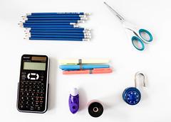 Schulbedarf: Taschenrechner, Bleistifte, Schere, Füller und Anspitzer