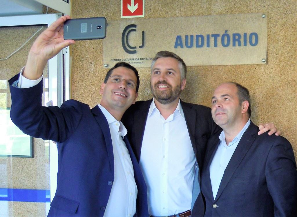 Nuno Sá, Pedro Nuno Santos e António José Oliveira numa selfie no Centro Cultural de Joane