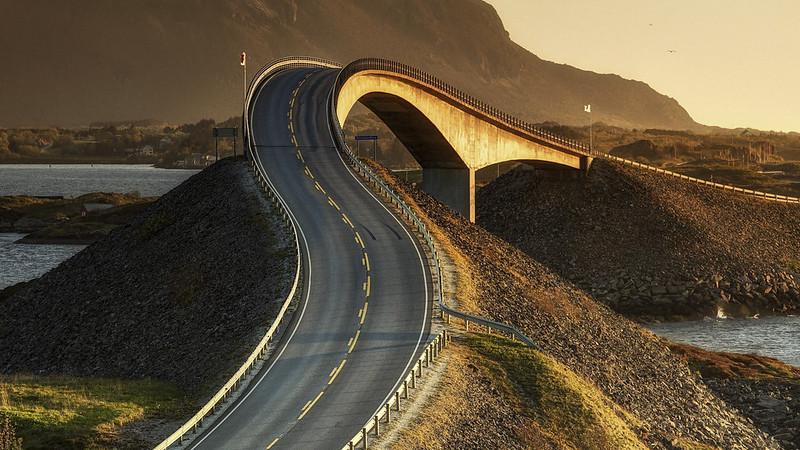 Uno de los ocho puentes que componen la denominada Atlanterhavsvegen o Carretera del Océano Atlántico, una obra de arte de la ingeniería