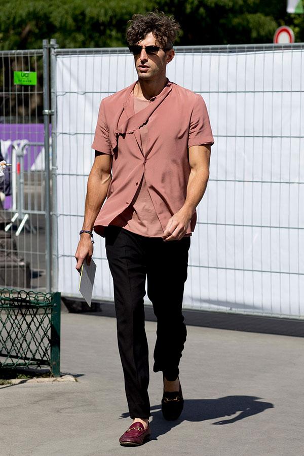 グレイッシュピンク半袖シャツ×Tシャツ×黒スラックス×バーガンディビットモカシン