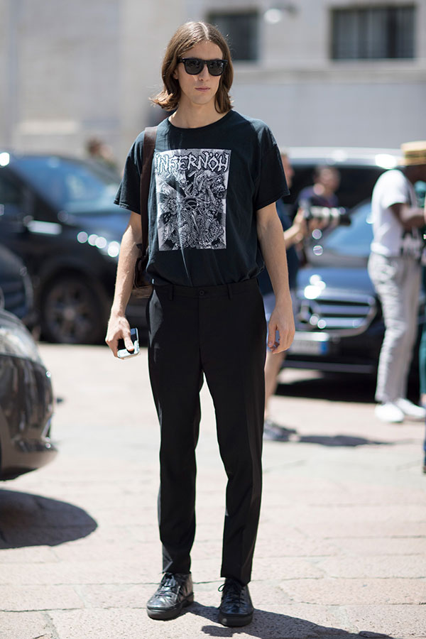 全身黒コーデ INFERNOH Tシャツ×スラックス×ハイカットスニーカー