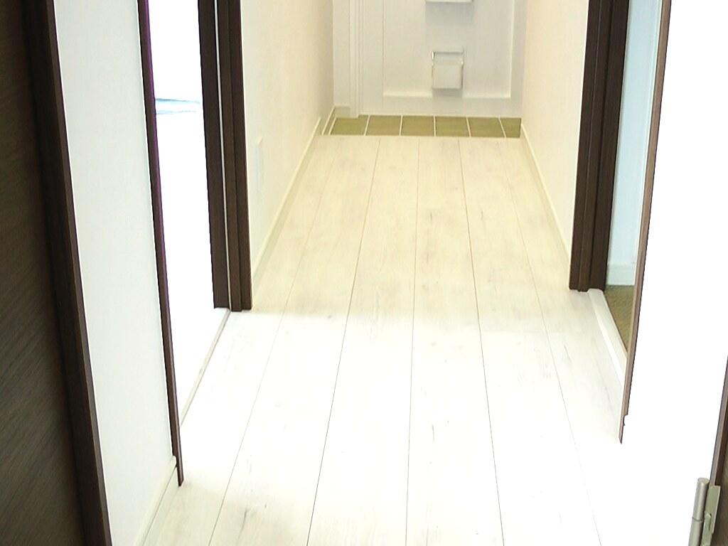 ダイニングルームから玄関へ続く廊下