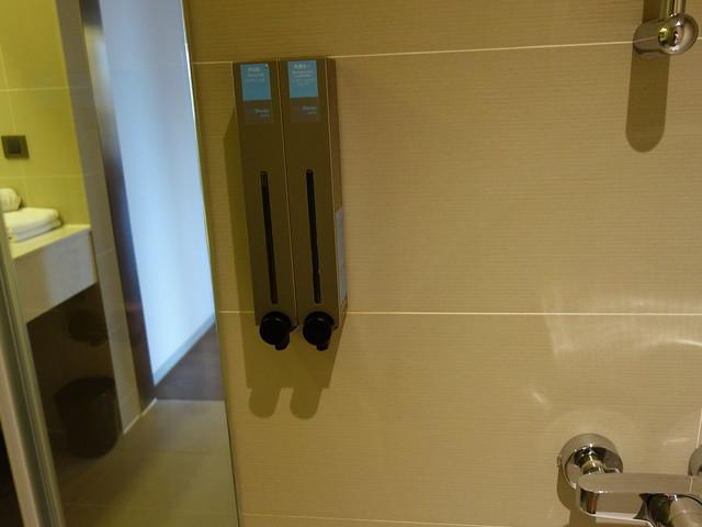 洗沐用品是補充式的,固定在牆上@捷絲旅高雄中正館HAPE主題家庭遊戲房