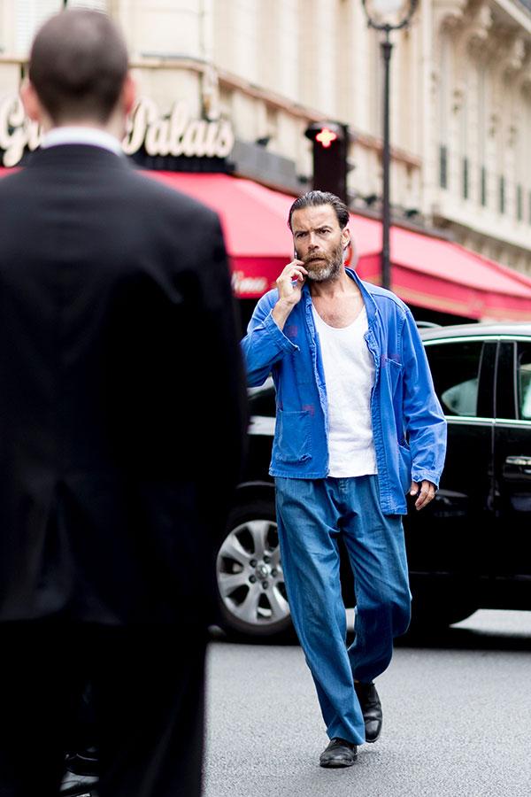 青ワークジャケット×白タンクトップ×デニムパンツ×黒オックスフォードシューズ