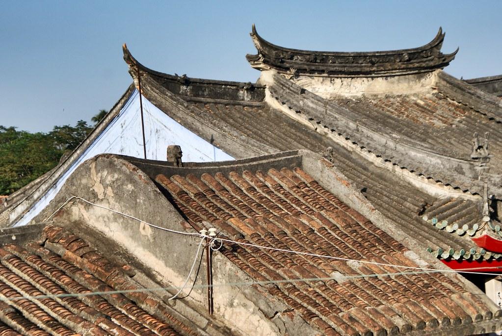 Toits des maisons et pagodes à Hoi An au Vietnam.