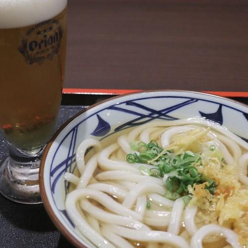 うどんと台湾ビールのセット。これは、至福! #饒河街観光夜市 #台北 #台湾 #食べ歩き #丸亀製麺 #丸亀試食部