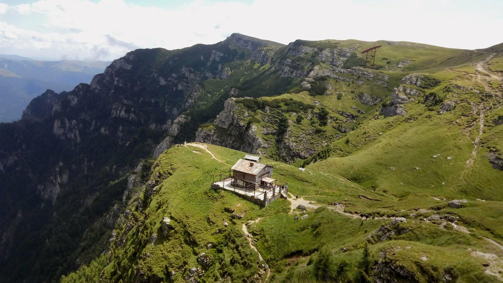 Cabana Caraiman vazuta de pe Brana Mare a Caraimanului