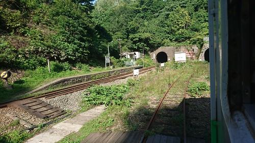 駅の両サイドにトンネルがあり一般道からのアプローチはない
