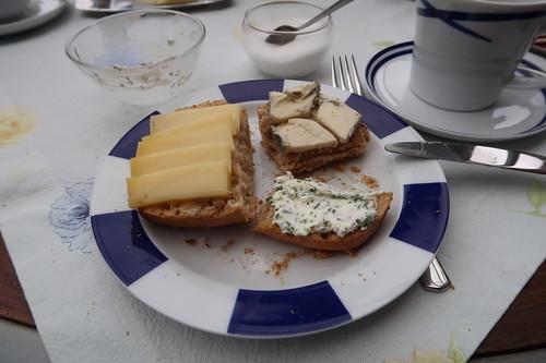 Diverse Käse auf Kartoffelbrötchen