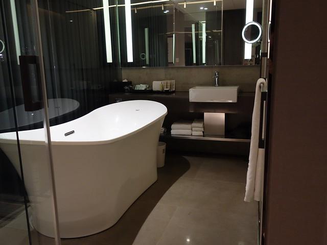 玻璃乾淨到進出要小心不要撞到的衛浴XD@高雄喜達絲飯店