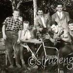 1956 07  Freunde im Garten