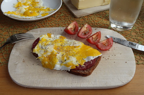 Platte Eier auf Mettwurst auf Brot vom Biobäcker