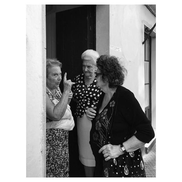 The usual gossip #GenteDeAyamonte . . #ShotOnIPhone6S FrontView #Snapseed #BlackieApp . @lacalleesnuestracolectivo #lacalleesnuestracolectivo