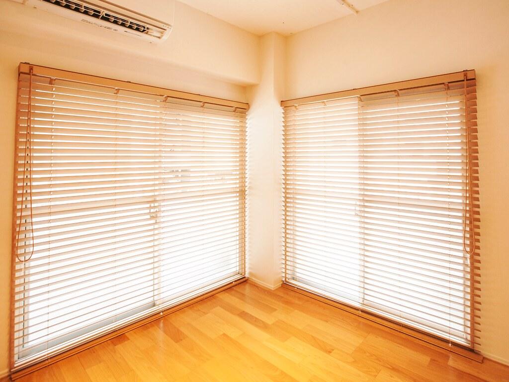 リノベーション後:洋室・ブラインド閉めて光を遮っているお部屋