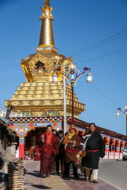 Golden stupa and pilgrims, Yarchen Gar アチェンガルゴンパ 金ピカ仏塔と巡礼者たち