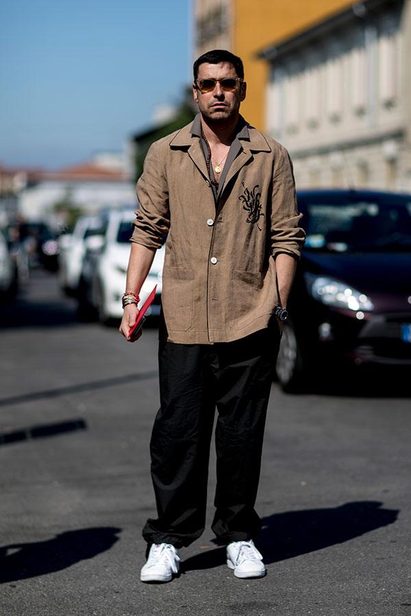 ライトブラウンシャツジャケット×グレイッシュブラウンシャツ×黒ワイドパンツ×白スニーカー