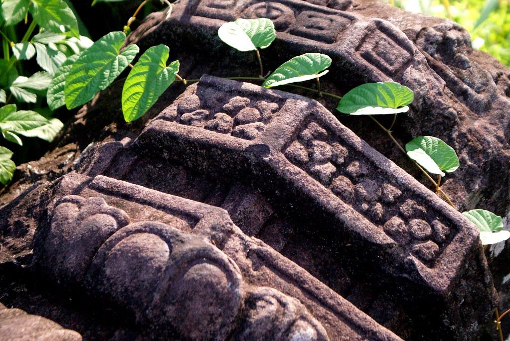 """Les fleurs de pierre rencontrent leurs soeurs végétales, """"les civilisations sont mortelles"""" comme nous le rappelait Paul Valéry."""
