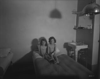 Château Laurier - two children in the ultraviolet radiation room, therapeutic department, Ottawa, Ontario / Hôtel Château Laurier - deux enfants dans la salle à rayonnement ultraviolet, service thérapeutique, Ottawa (Ontario)