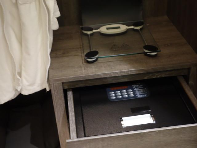 保險箱放在抽屜裡我覺得有點幽默XD@高雄喜達絲飯店