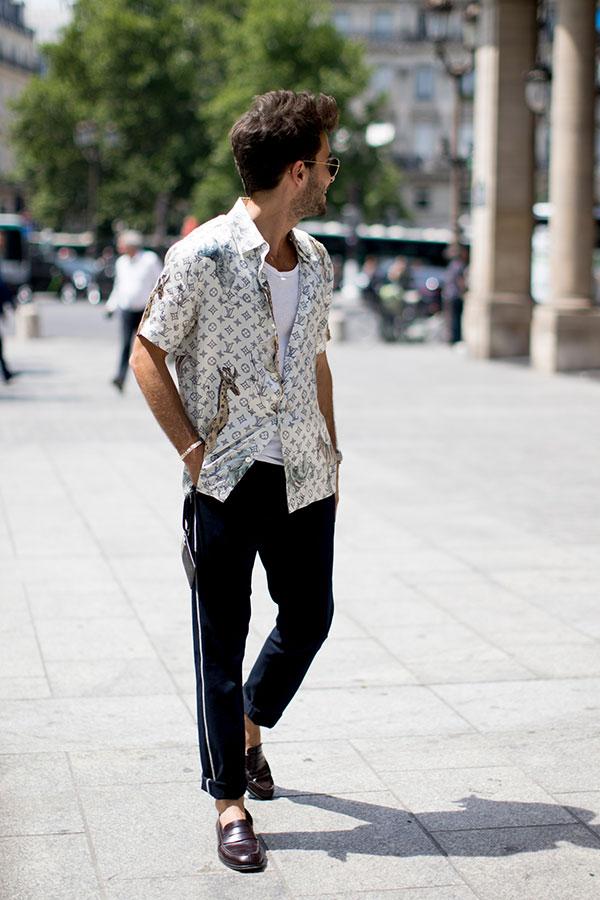 Louis Vuittonモノグラム白半袖シャツ×黒トラックパンツ×ブラウンコインローファー