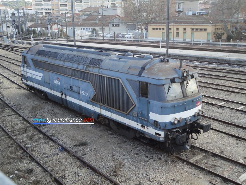 La locomotive Diesel BB 67212 SNCF Réseau en livrée Arzens en gare d'Aubagne le 15 décembre 2015