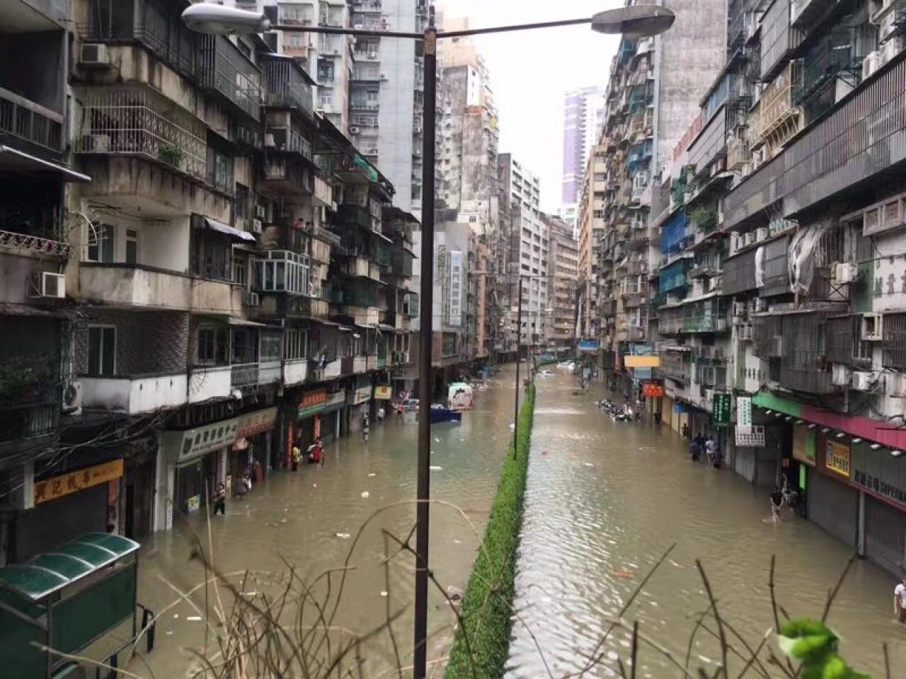 澳門廣泛地區出現水浸,不少街道變成河道。(香港01駐澳門特約記者攝)
