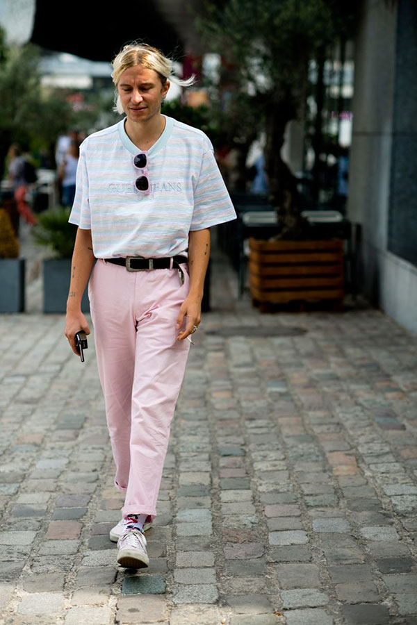 ライトブルー・ピンク・白ボーダーTシャツ×ピンクパンツ×白ローカットスニーカー