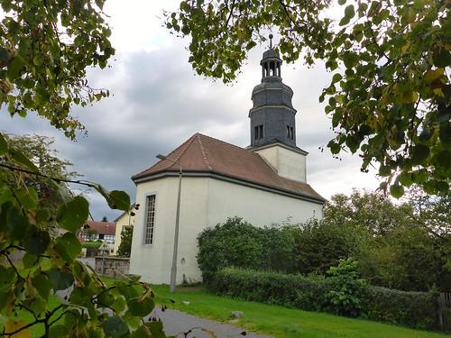 Kirche Großpürschütz mit Linde