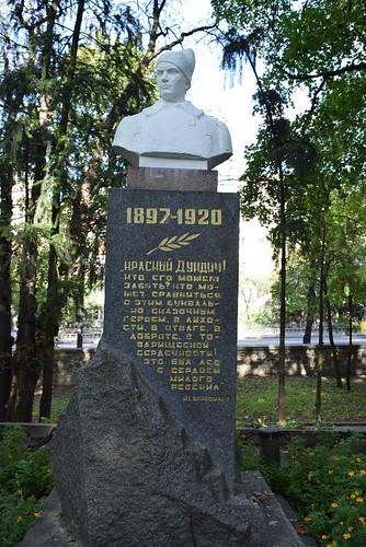 З парку Шевченка просять забрати тіло радянського кіннотника