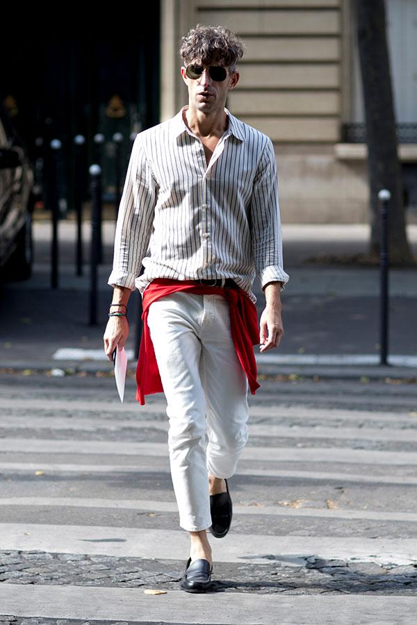 白グレーストライプシャツ×白パンツ×黒コインローファー
