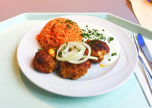 Greek bifteki with fresh onions, tzatziki & tomato rice / Griechische Bifteki mit frischen Zwiebeln, Tzaziki & Djuvecreis