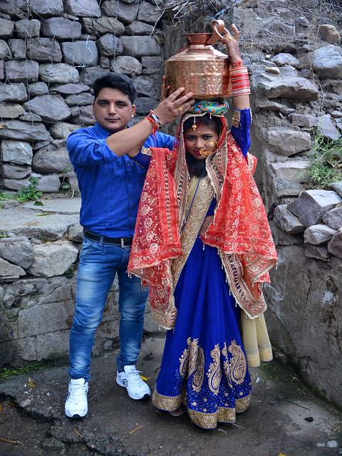 गाँव में दुल्हा-दुल्हन शादी की अगली सुबह जलधारे पर जाकर पूजा करते हैं