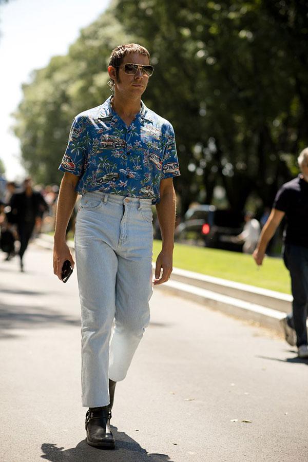 青系半袖柄シャツ×ジーンズ×黒リングブーツ