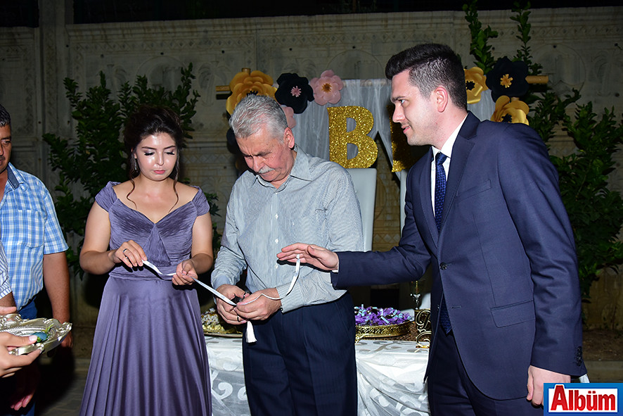 Genç çiftin nişan yüzüklerini Oto Aziz Yönetim Kurulu Başkanı Aziz Akyel taktı.