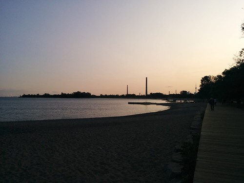 Looking west #toronto #woodbinebeach #kewbeach #beaches #lakeontario #evening