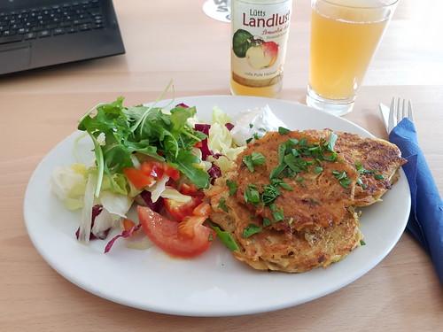 """Kartoffel-Sellerie-Puffer mit Salatbeilage und Sauerrahm (im Bistro """"unter Kollegen"""" in Osnabrück)"""