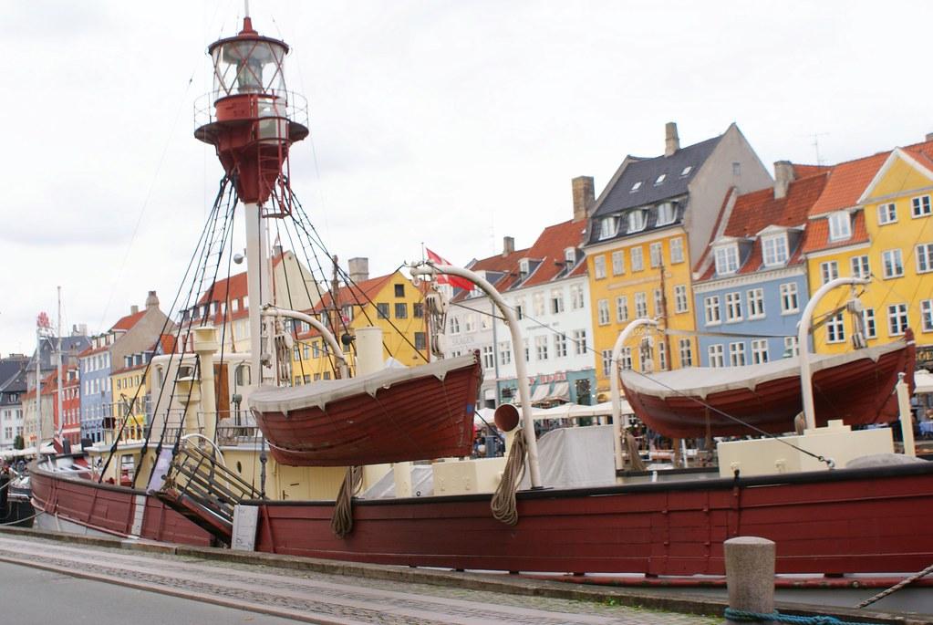 Bateau en bois sur le canal Nyhavn à Copenhague.