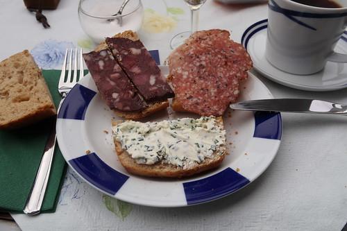 Rotwurst, Mettwurst und Kräuterfrischkäse auf Kartoffelbrötchen
