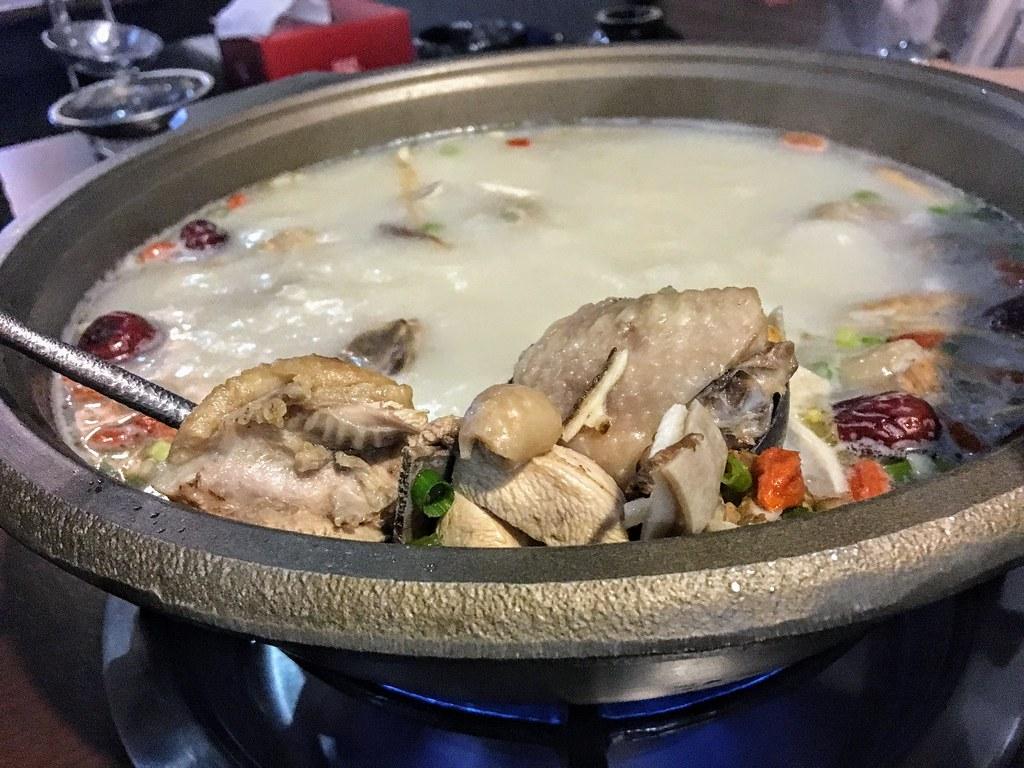 裡頭就有許多雞肉塊了,湯頭的話在還沒放料之前,會有後勁的辣,但也消得很快...