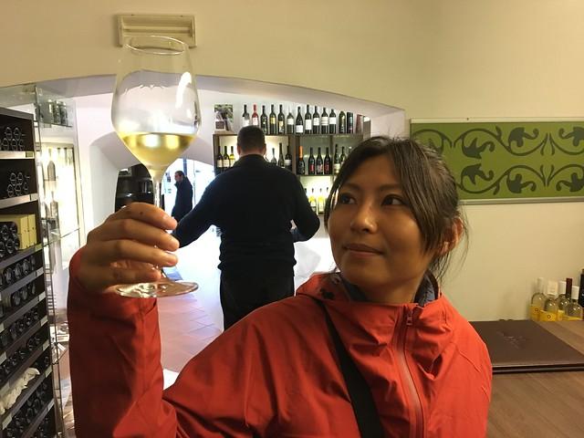 ミス・ワインみたいな女性の写真が飾ってあったので、それの真似をする(させられる)なっちゃん